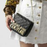 Torebka czarna pikowana na łańcuszku - Versace Jeans Couture