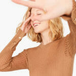 Jasnobrązowy sweter z guzikami na rękawach - Liviana Conti