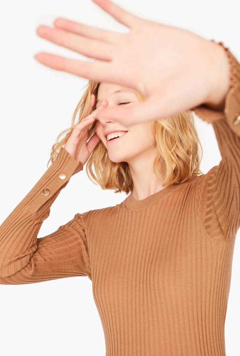Jasnobrązowy sweter z guzikami na rękawach Liviana Conti