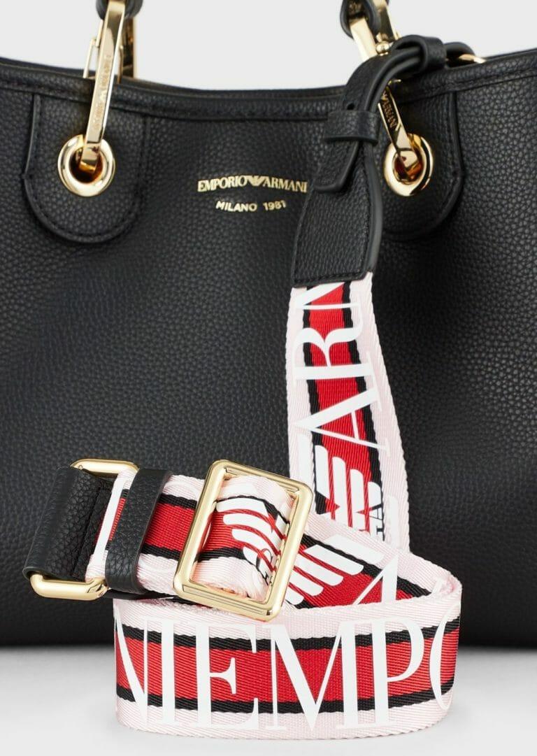 czarna torebka skorzana emporio armani z szerokim paskiem z logo 3