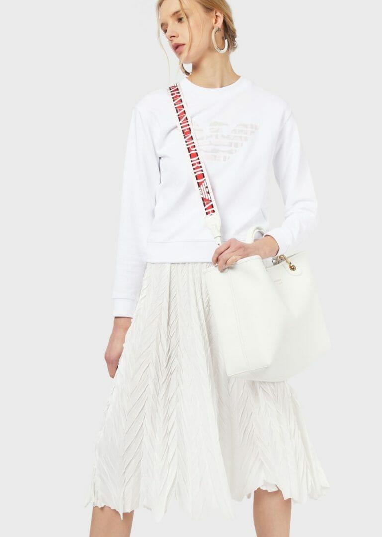 duza biala torebka z szerokim paskiem na ramie z logo emporio armani 4