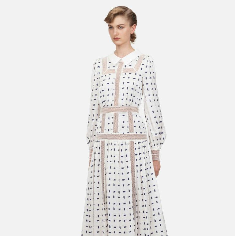 dluga biala sukienka z motywem marynarskim w niebieskie prostokaty 1