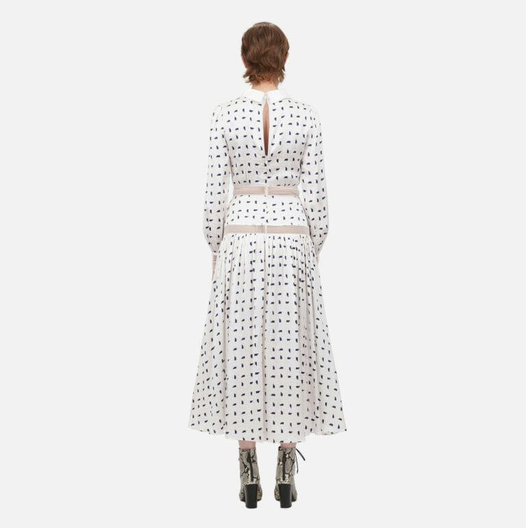 dluga biala sukienka z motywem marynarskim w niebieskie prostokaty 2