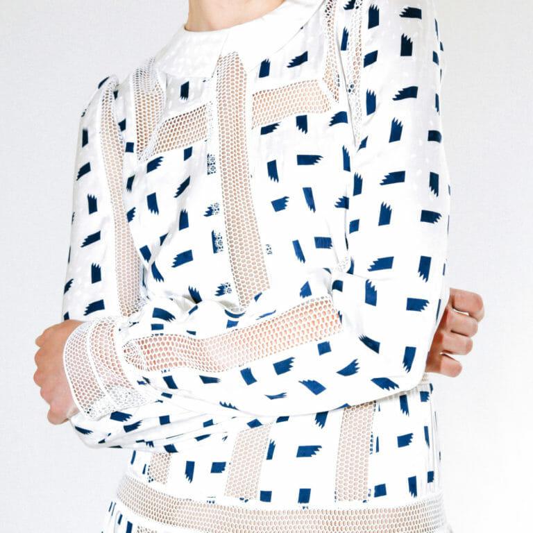 dluga biala sukienka z motywem marynarskim w niebieskie prostokaty 3