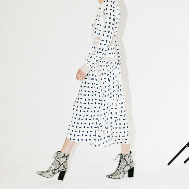 dluga biala sukienka z motywem marynarskim w niebieskie prostokaty 5