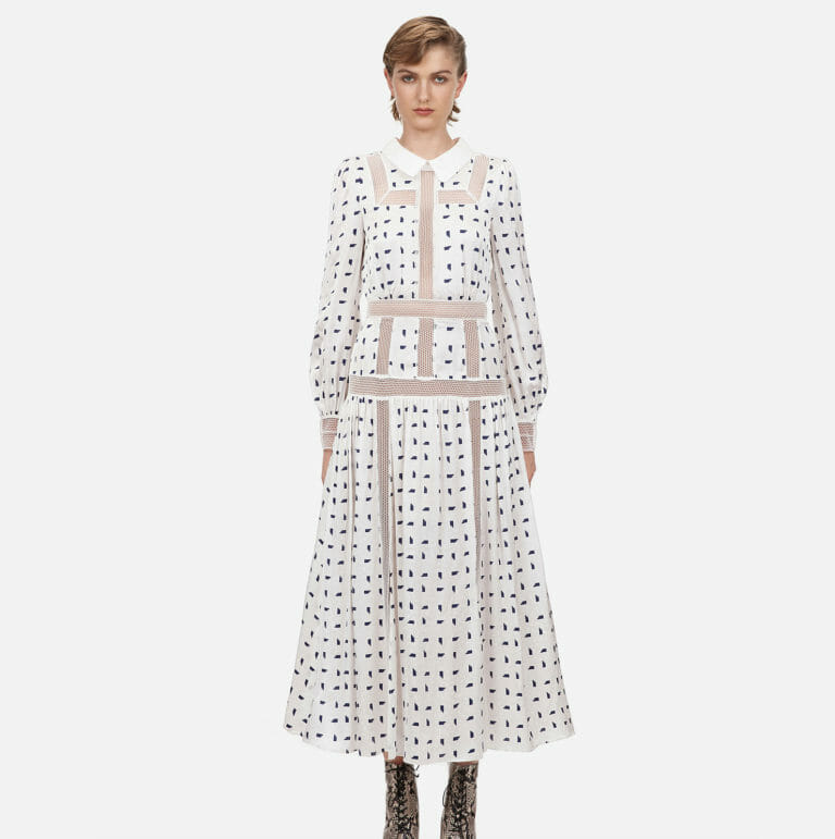 dluga biala sukienka z motywem marynarskim w niebieskie prostokaty 6
