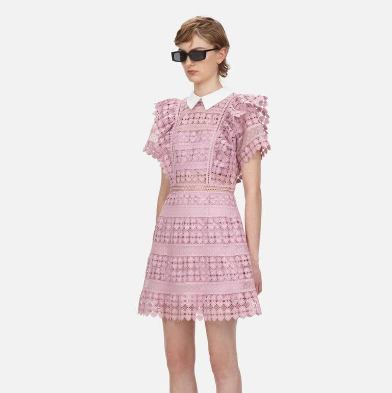liliowa sukienka koronkowa z kolnierzykiem 3