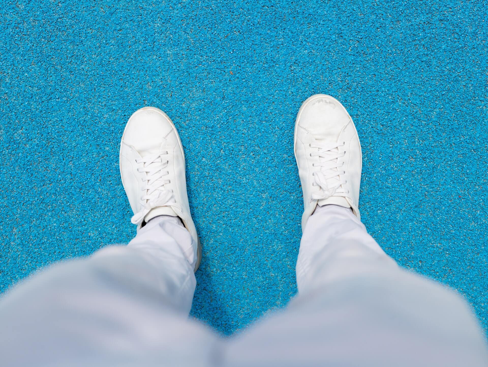 białe sneakersy, do czego